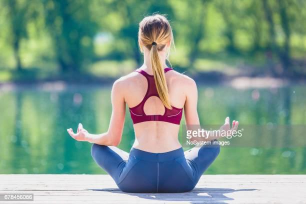 deportiva niña hacer ejercicio de estiramiento en la naturaleza. - imperial system fotografías e imágenes de stock