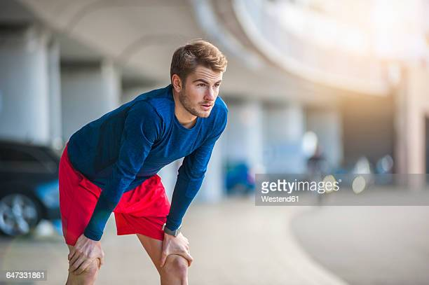 young sporty man taking a break - sportkleidung stock-fotos und bilder