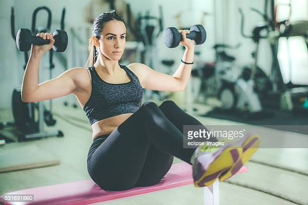 Joven deportivo mujer en el gimnasio