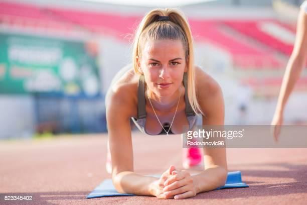 Junge sportliche Frauen, die Trainingseinheit
