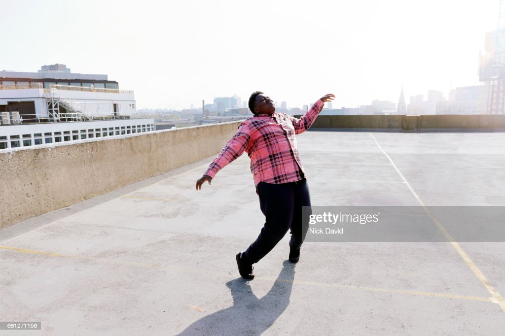 Young street dancers on London rooftop overlooking the city : Foto de stock