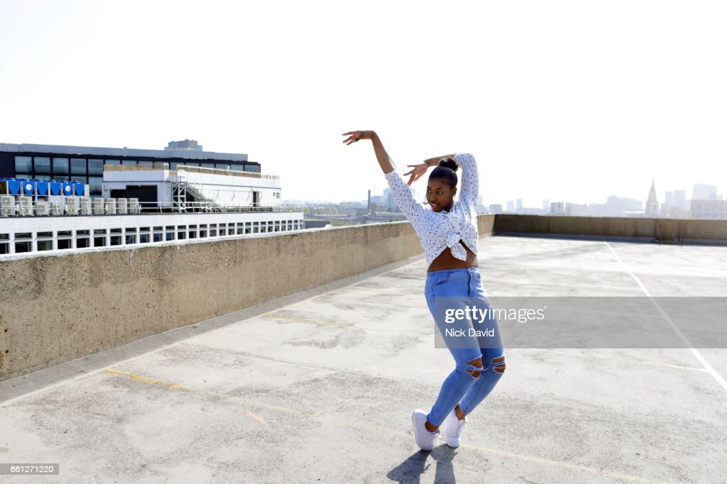 Young street dancers on London rooftop overlooking the city : Stock Photo