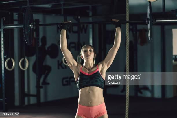 Jóvenes powerlifter mujer fuerte
