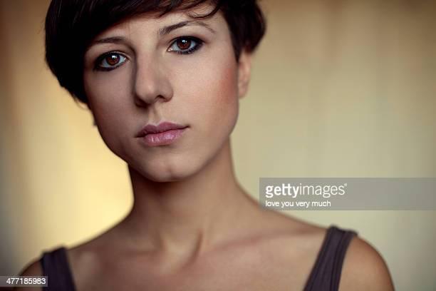 young strong woman - cabelo curto comprimento de cabelo imagens e fotografias de stock