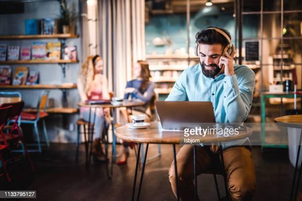 jonge student op zoek in laptop. - voip stockfoto's en -beelden