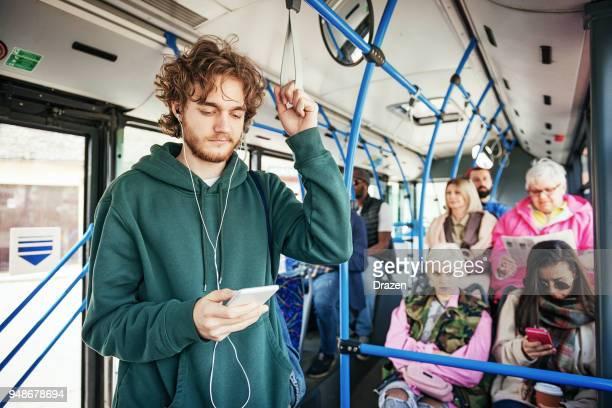 Jonge student met de openbare bus reizen
