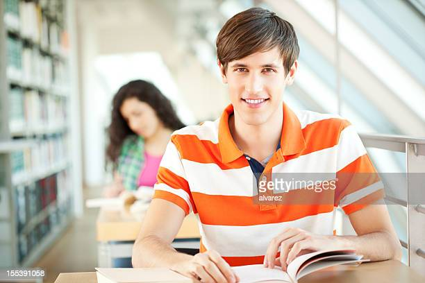 Junge Studenten in der Bibliothek