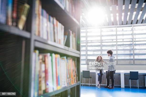 Junge Studenten in einer Bibliothek.