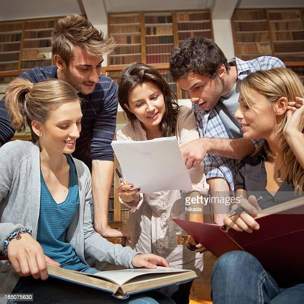 Giovani studenti imparare insieme