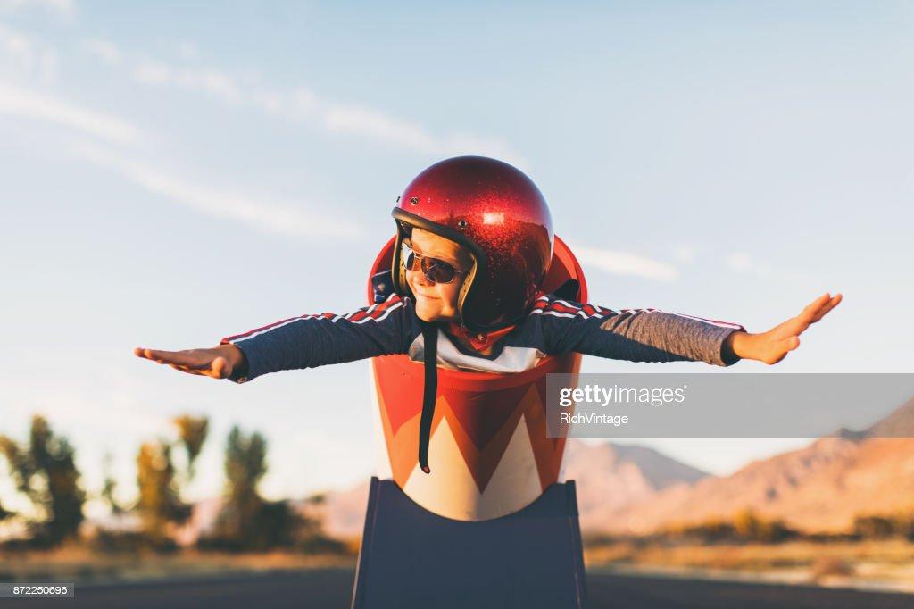 Jovens acrobática menino e bola de canhão humana : Foto de stock