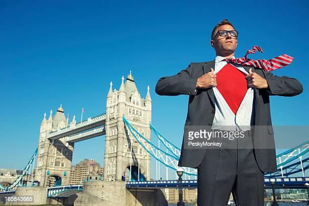 スーパー若いビジネスマンが胸にレッドのロンドンの街並み