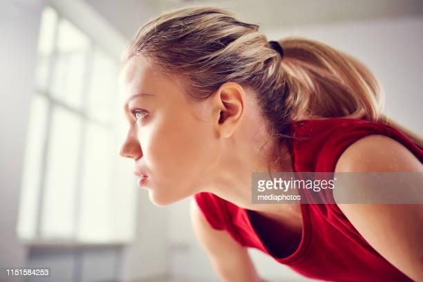 jonge zweterige vrouw na de training - atlete stockfoto's en -beelden
