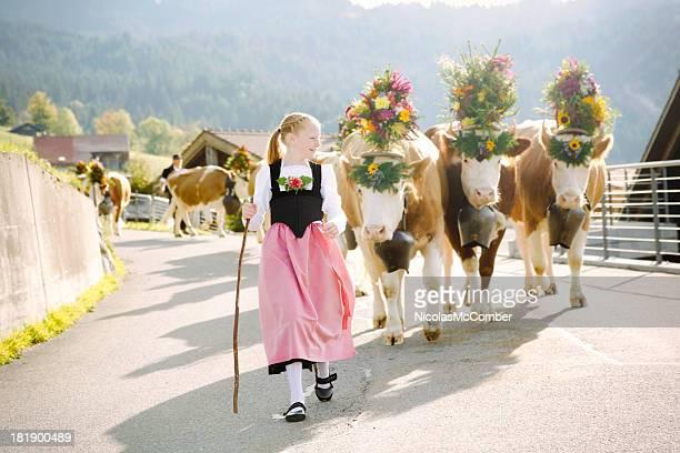 Jovem agricultor Suíça Menina melhores decorado vacas a justa