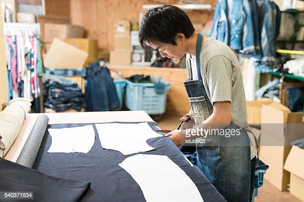 junge schneider arbeiten in seinem design-studio - präfektur okayama stock-fotos und bilder
