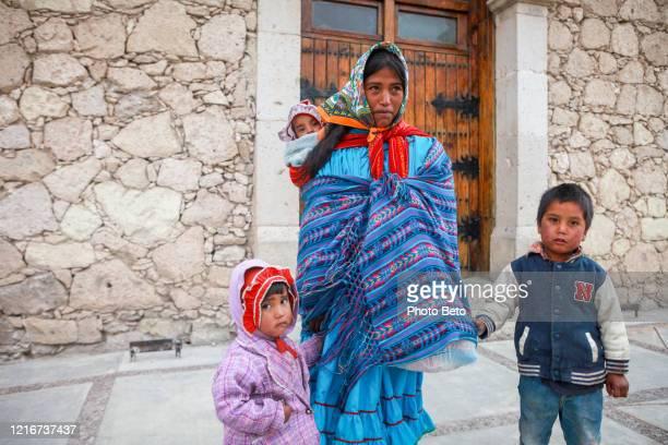 madre del grupo étnico raramuri (tarahumara) vestida con ropa tradicional en el norte de méxico - tarahumara fotografías e imágenes de stock
