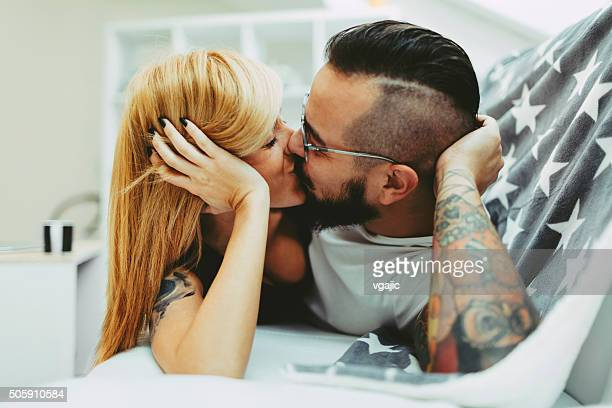 Junge Tattooed paar Küssen