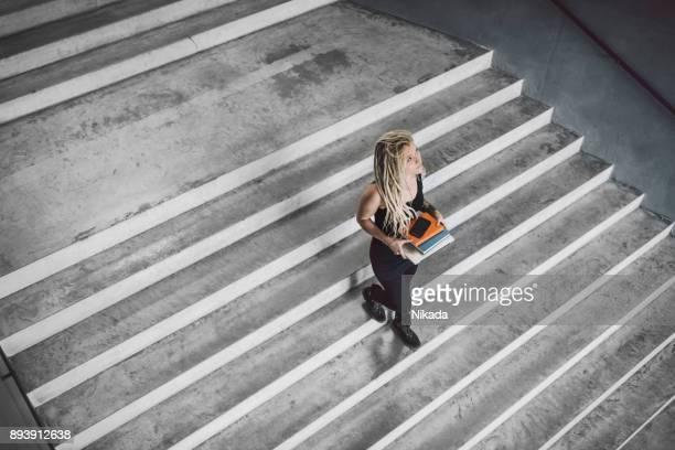 jovencita tatuada en arquitectura moderna - escalones fotografías e imágenes de stock