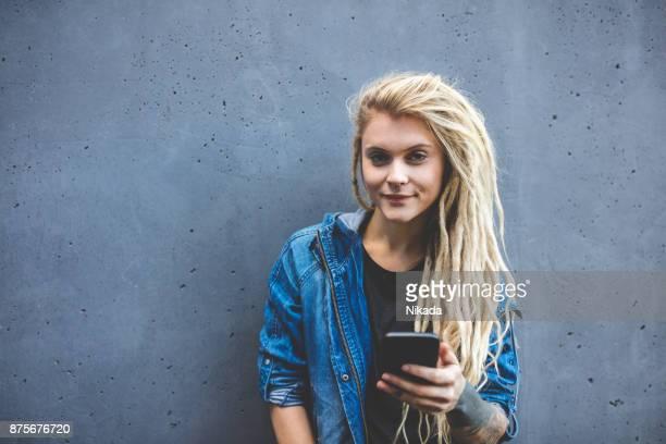 junge tätowierte Frauen SMS Nachricht auf dem Handy