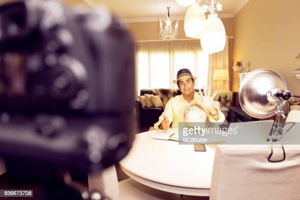 Jonge tiener streven om beroemd niet ontaardt in een vlogger reizen vanuit huis.