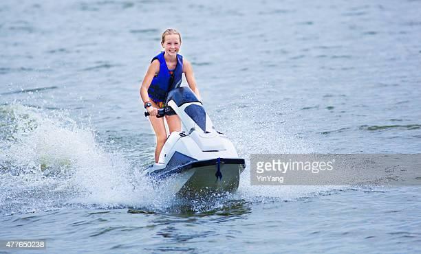 Jeune adolescente s'amusant d'équitation, le Jet-Ski sur le lac