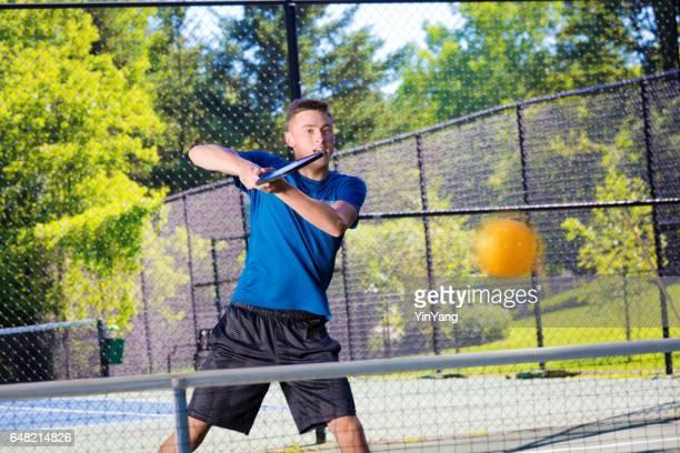 Jeune adolescent garçon jouant Pickle Ball