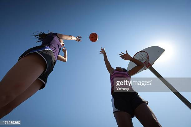 giovane ragazza adolescente giocando palyer di basket - tirare in rete foto e immagini stock