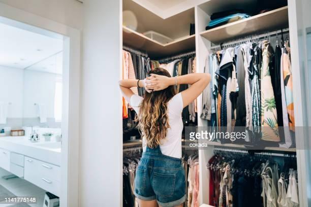 jonge tiener meisje kiezen wat te dragen - kast stockfoto's en -beelden