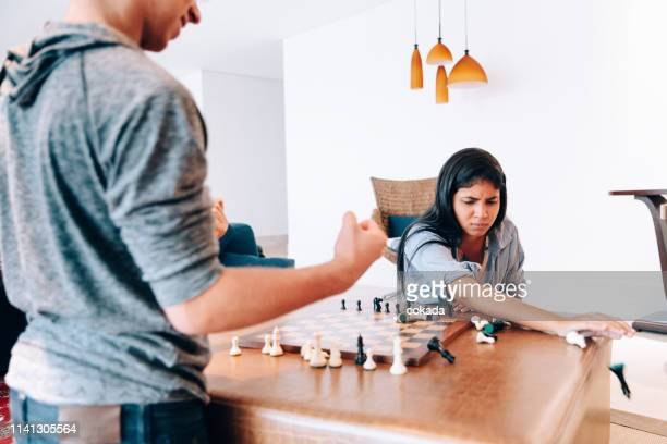 junger teenager ist wütend darauf, ein schachspiel zu verlieren - niederlage stock-fotos und bilder
