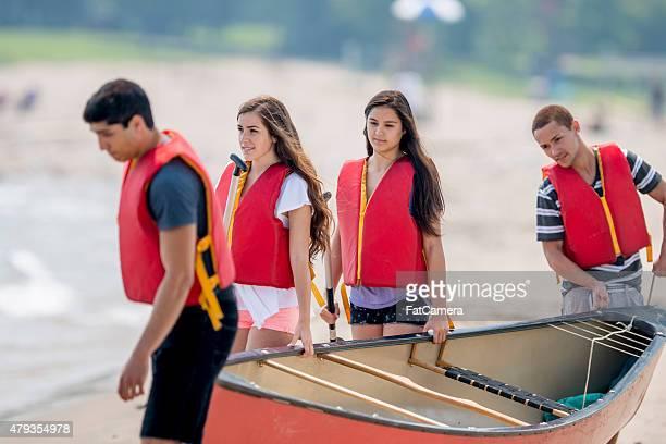 Junge Teenager mit einem Kanu-Ausflug