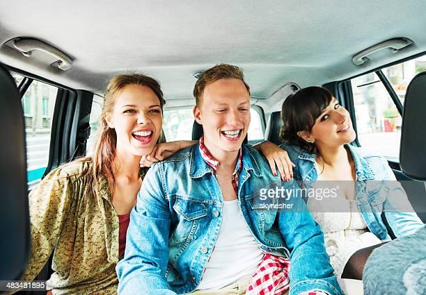 Jovens adolescentes sentado em um táxi.