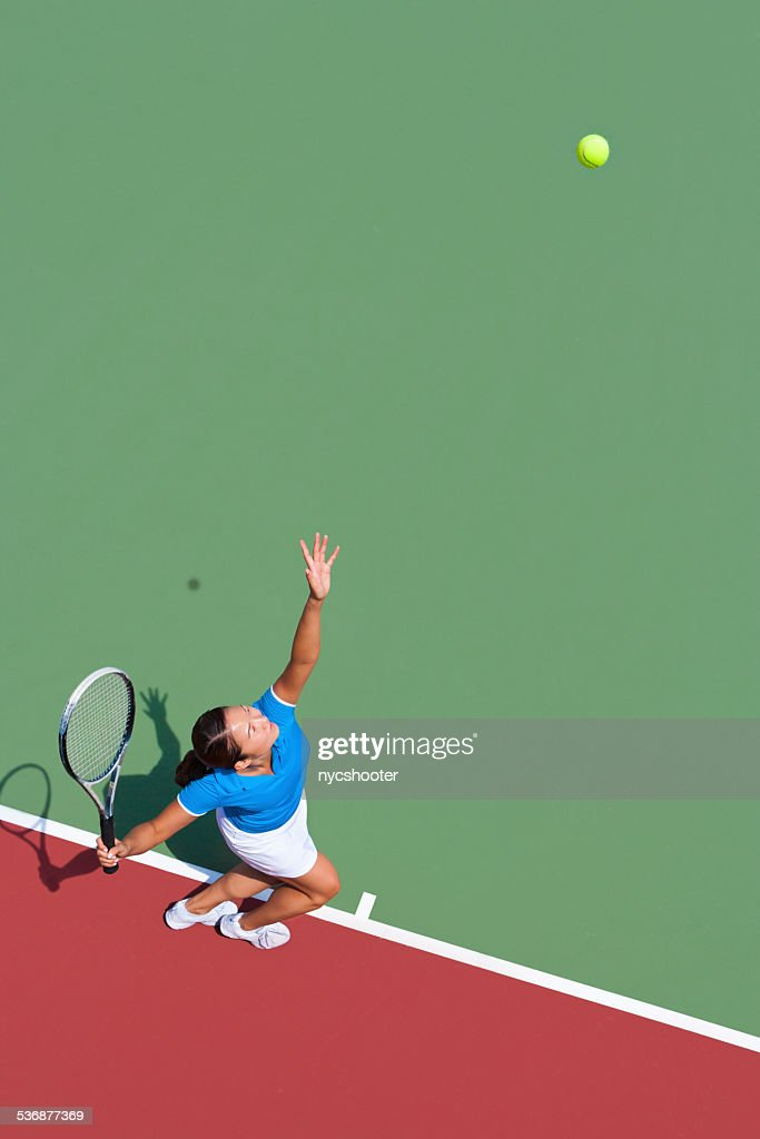 Young tennis player serving : Stock Photo