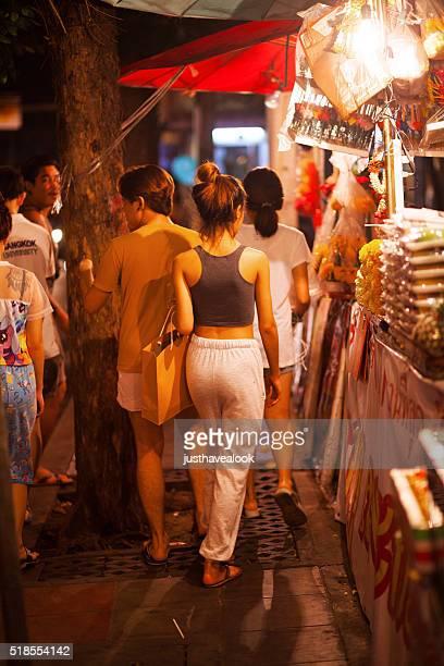 joven gay y ladyboys tailandés en noche en huay kwang - kathoey fotografías e imágenes de stock