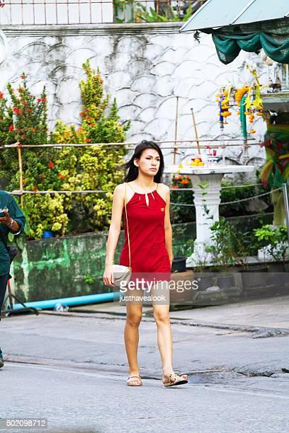 thai transexual y ladyboy joven en vestido rojo - kathoey fotografías e imágenes de stock