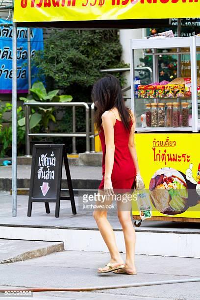 giovane in abito rosso thai transessuale - kathoey foto e immagini stock