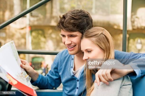 Jeune Couple de visites touristiques en Bus