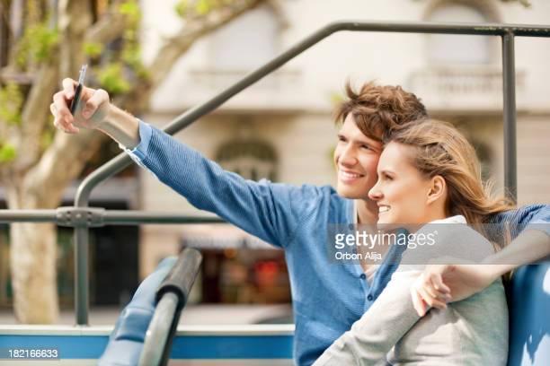 Junge Touristen-Paar auf einer Sightseeing-Bus
