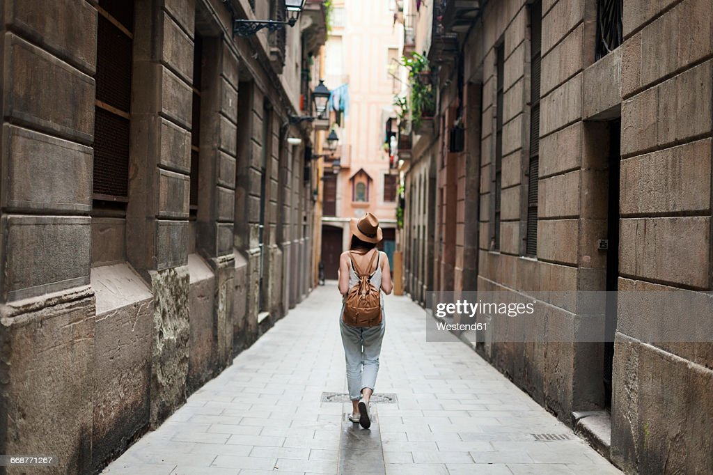Young tourist discovering streets of Barcelona : Stock-Foto