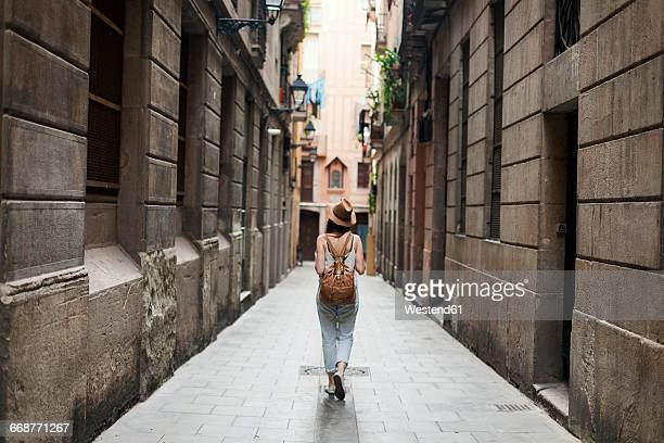 young tourist discovering streets of barcelona - barcelona spanien stock-fotos und bilder