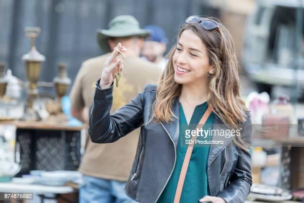 Jonge toeristische verkent buiten rommelmarkt