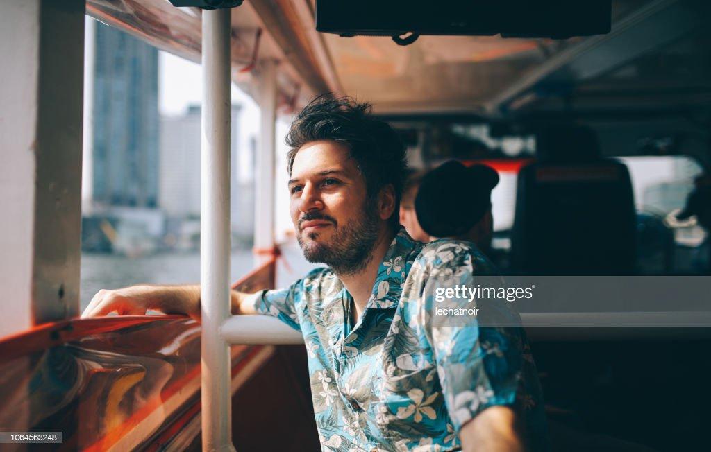 Jonge toeristische rijden op de veerboot van Bangkok : Stockfoto
