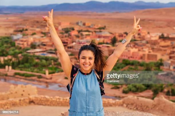jeune touriste visitant ait benhaddou - ancienne ville dans l'afrique du nord maroc - femme marocaine photos et images de collection