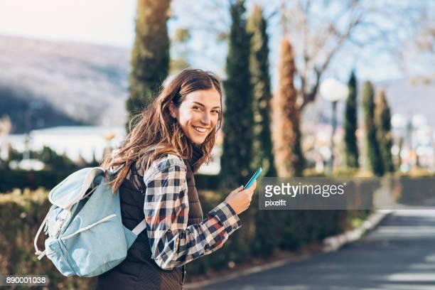 Junge Touristen mit einem Smartphone