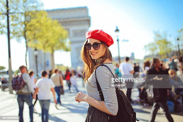 Jeune femme appréciant touristiques de Paris