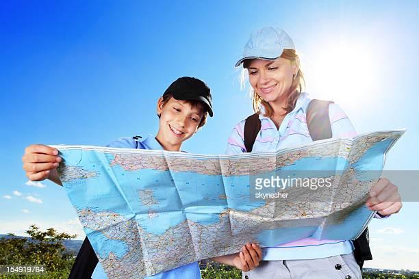 Junge Touristen sind auf der Suche auf der Karte.