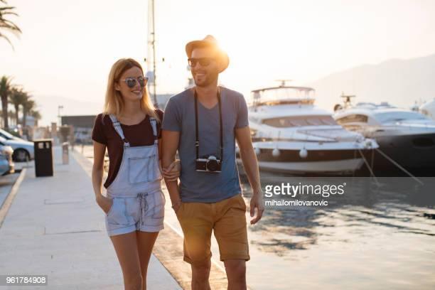 Junge Touristen-paar auf Spaziergang entlang des Hafens