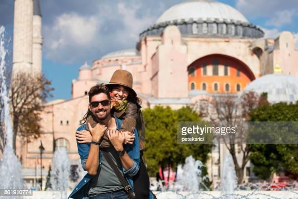 junge touristen vor der hagia sophia in istanbul, sultanahmet - hagia sophia stock-fotos und bilder