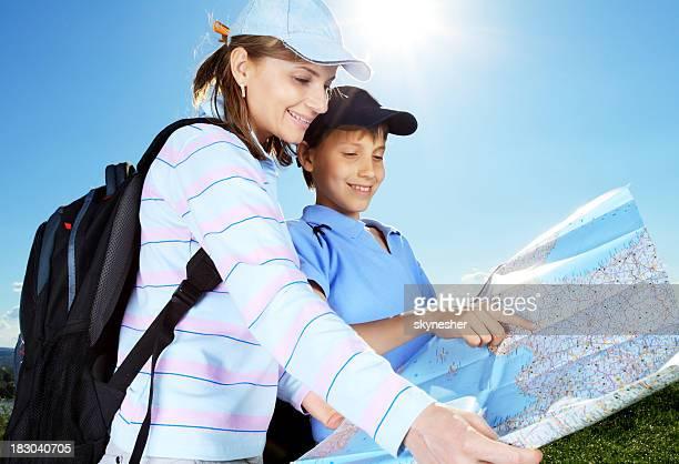 Junge Touristen, die auf der Karte.