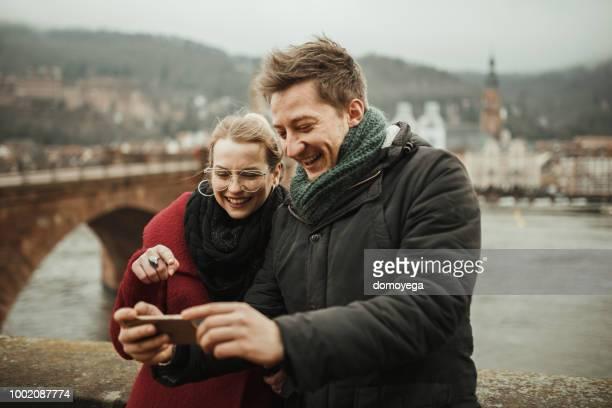 junge touristen fotografieren wile erkunden heidelberg - heidelberg stock-fotos und bilder