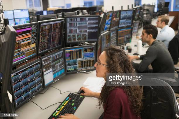 young traders analyzing computer data - börse new york stock-fotos und bilder