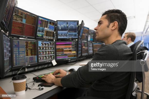 young traders analyzing computer data - börsenhandel finanzberuf stock-fotos und bilder